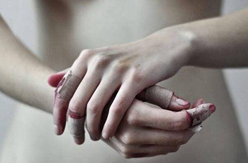 Zranione dłonie - odpowiadasz za swoje życie