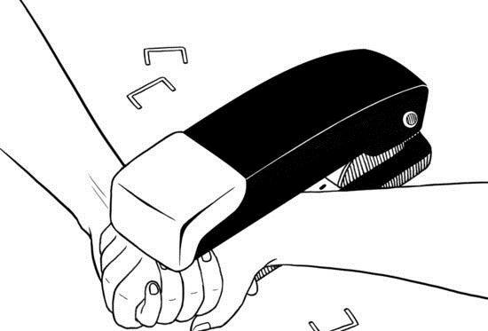 Zszywacz łączący dłonie.