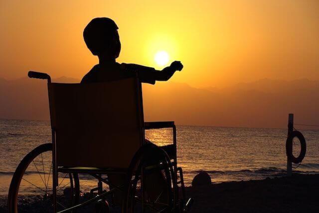 Chłopiec na wózku.