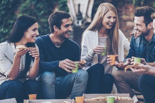 Przyjaciele rozmawiają i śmieją się