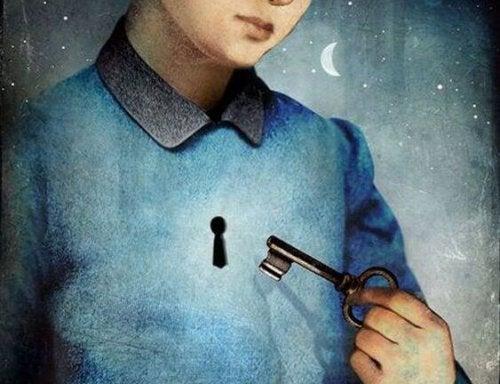 Człowiek trzyma klucz do serca