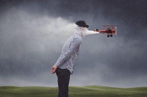 Dym z samolotu uderza mężczyznę w twarz