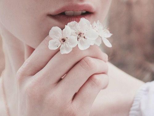 Jak zostać minimalistką - dłoń i kwiatki.