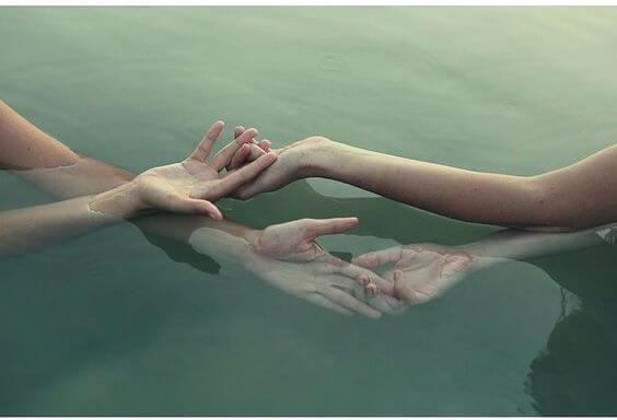 Złączone w wodzie dłonie.