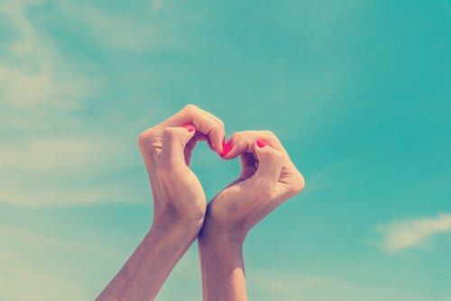 Miłość własna. Dłonie złożone w kształt serca.