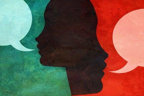 Dwie rozmawiające ze sobą osoby