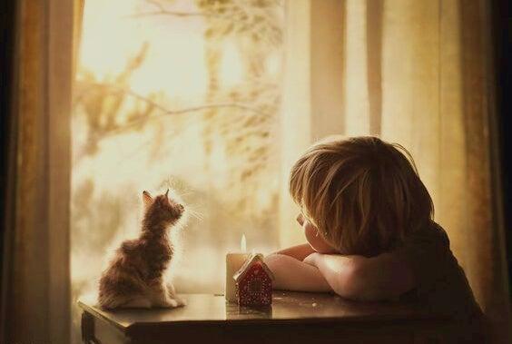 Dziecko i kotek.