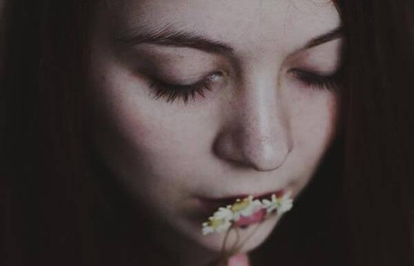 Dziewczyna całująca kwiatki.