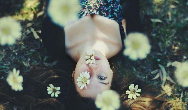 Dziewczyna i kwiaty.