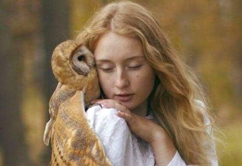 Dziewczyna przytula sowę