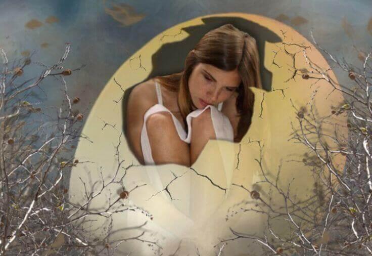 Gdy słowa nas duszą - dziewczyna wykluwająca się z jajka.