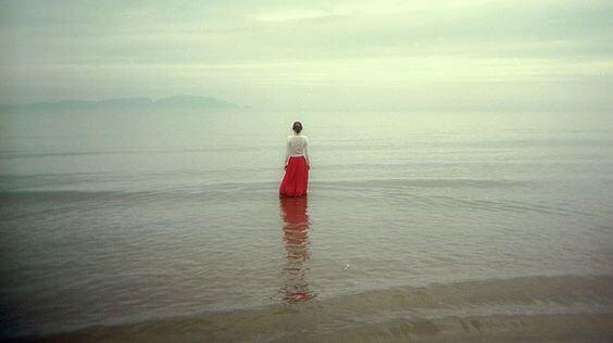 Świadomość - dziewczyna stojąca w płytkiej wodzie.