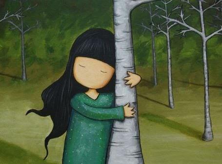 Dziewczynaka przytulająca się do drzewa.