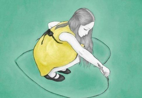 Dziewczynka rysująca serce.