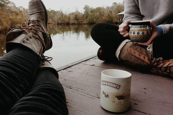 kawa z przyjaciółmi nad jeziorem
