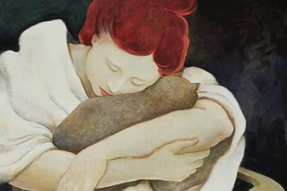 Kobieta przytulająca kota.