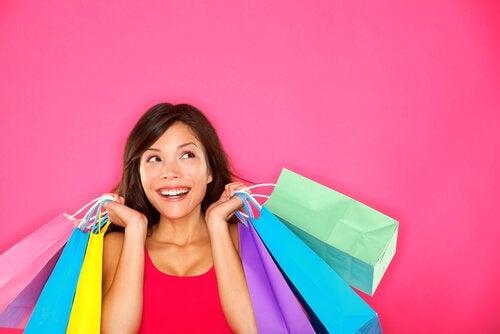 Kobieta z torbami zakupowymi.