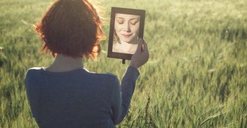 Kobieta patrzy w lusterko