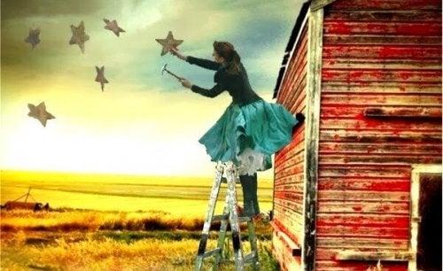 Kobieta maluje gwiazdy