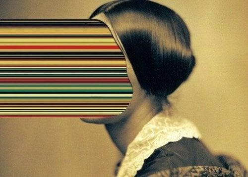 Kobiera z kolorowymi promieniami wychodzącymi z twarzy
