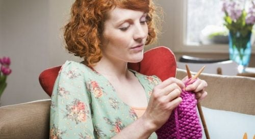 Kobieta robi na drutach