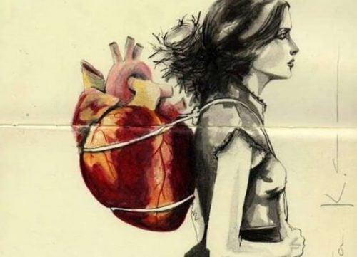 Kobieta z plecakiem wyglądającym jak serce