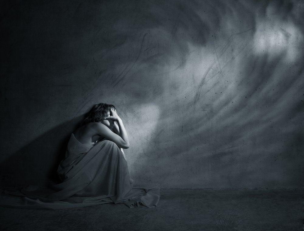Kobieta w ciemnym pokoju.