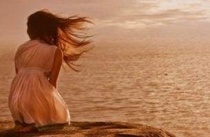 Kobieta w morzu -wytrzymałość pomimo burz