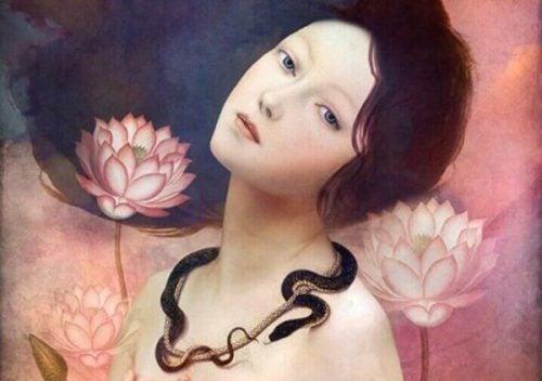 Kobieta z wężowym naszyjnikiem.