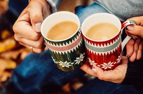 Dwa kubki kawy.