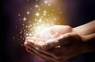 magia- złoty pył w dłoniach
