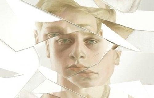 Mężczyzna w zbitym lustrze