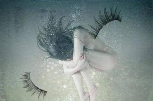 Strach - naga kobieta pod wodą.