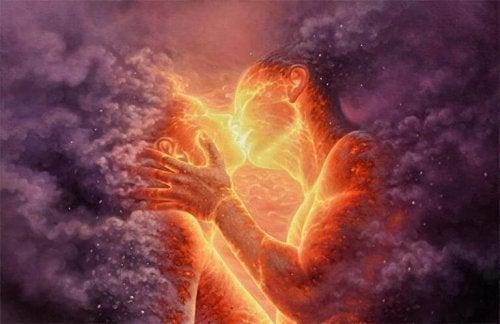 Para całuje się w kolorowych chmurach