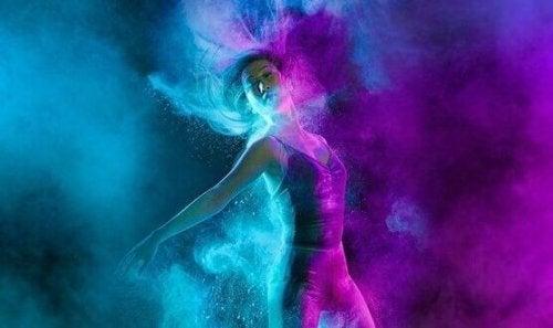 Pasja - tancerka w niebieskim i fioletowym świetle