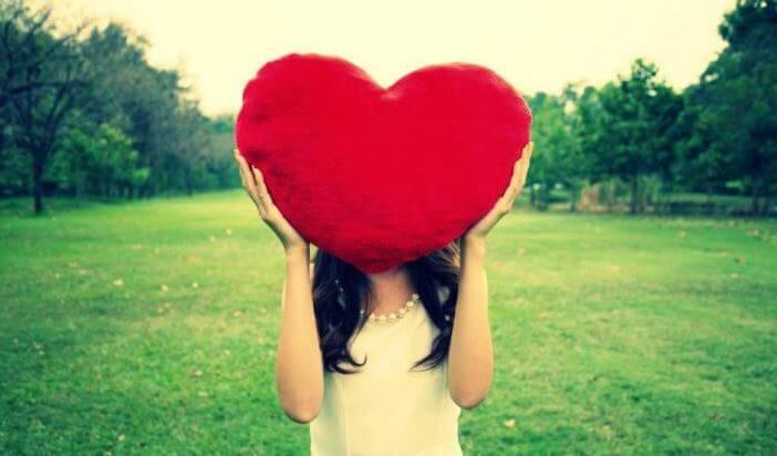 Dziewczyna z pluszowym sercem poduszką.