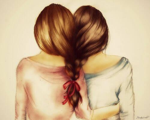 Przyjaciółki z włosami splecionymi w jeden warkocz