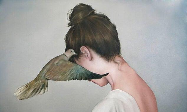 ptak zasłania twarz kobiety