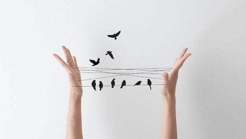 Ptaki na sznurkach między palcami