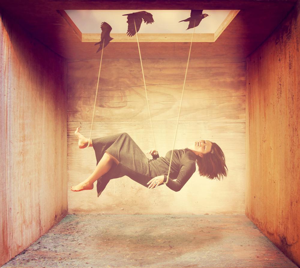 Kobieta unoszona przez ptaki.