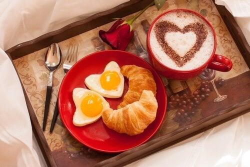 Kocham cię - śniadanie do łózka.