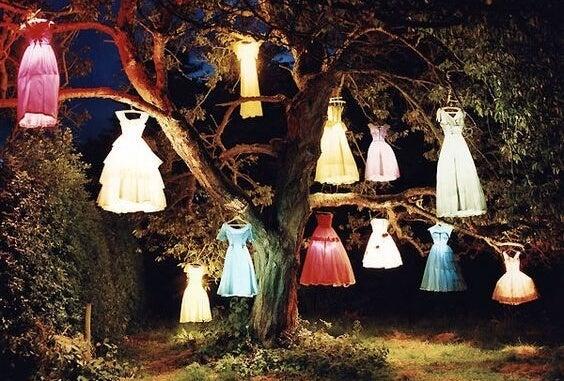 Świecące sukienki na drzewie.