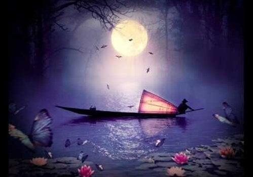 Wschodnia łódź wieczorem na wodzie