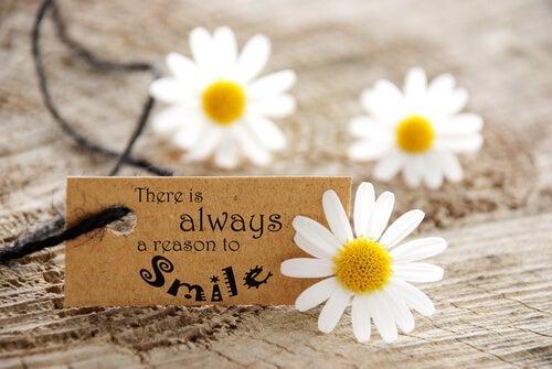 """Napis na tabliczce: """"Zawsze jest powód do uśmiechu""""."""