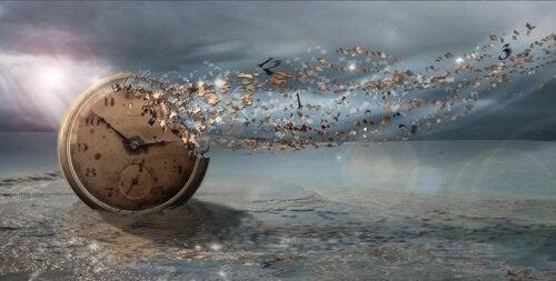 Zegar rozpadający się w cząsteczki na wietrze