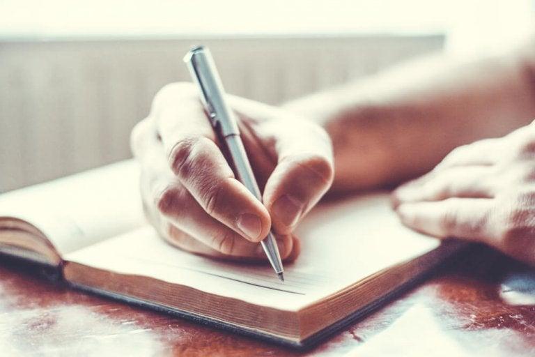 Depresja: ręka z długopisem pisząca dziennik