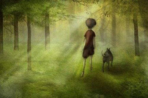 Człowiek i pies spacerują w lesie