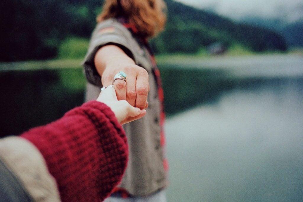 Ludzie trzymają się za dłonie