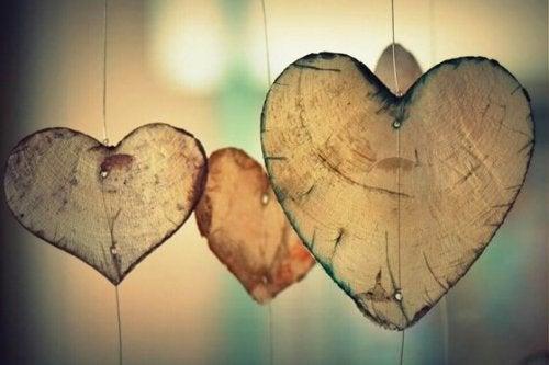 Drewniane serca.