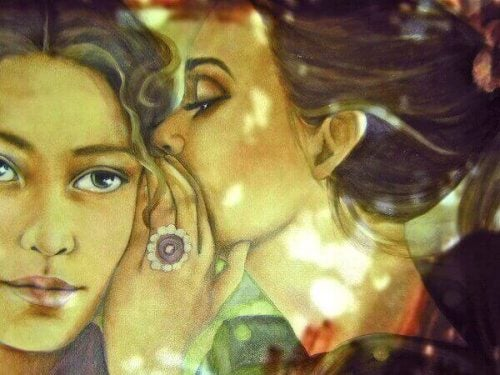 Zazdrość - Jedna kobieta szepcze coś innej do ucha